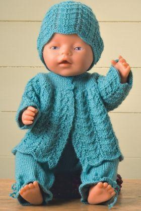 Strikkeopskrift   Strik sødt sommertøj til dukken, dukketøj med buksenederdel, kortærmet jakke og kasket   Se mange flere strikke- og hækleopskrifter på Familie Journals hjemmeside