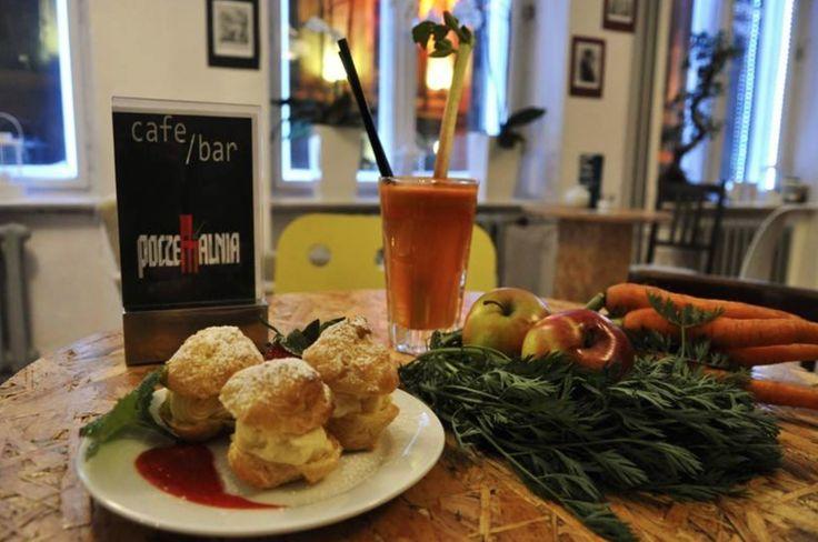 28. Cafe Bar Poczekalnia / Więckowskiego 16 SABAT PTYSIOWY, czyli ptyś w gniazdku truskawkowo-rabarbarowym z sokiem marchwiowo-jabłkowym.