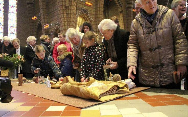 In de katholieke Franciscuskerk in Bolsward zijn zondag ruim vijftig Jezuskindjes, al dan niet met kribbe, gezegend.