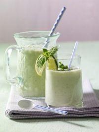 100 g entkernte Gurke, ¼ Apfel, Blätter von je 2 Stielen Basilikum und Minze mit 250 ml Mandelmilch, 1 EL Zitronensaft und 1 EL Ahorndicksaft pürieren.