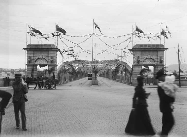Victoria Bridge has been built multiple times. The first temporary structure, built in 1865, collapsed during a high tide in November 1867. A second bridge was built in 1874 but major flooding in February 1893 washed away the northern end. The third bridge, featured in this photo, opened in 1897 and served the city until 1969 when it was demolished to make way for the present concrete bridge. One of the entrance arches still stands at the South Bank end of the bridge. #hereisourstory