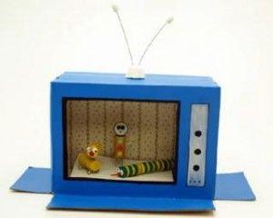 Haz que tus niños dejen volar su imaginación con juguetes caseros como éste: nada más curioso que una televisión de cartón hecha con una caja reciclada. En otra manualidad te enseñaremos a diseñar a sus protagonistas.