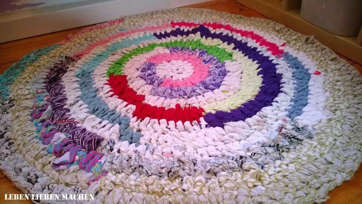Teppich gehäkelt mit einer 10er Häkelnadel - recycelt aus T-Shirt, Bettbezug und Rock. So einzigartig & eine wunderbare Verwendung für  lieb gewordene Kleidung, die man nicht mehr trägt :-))) LEBEN LIEBEN MACHEN