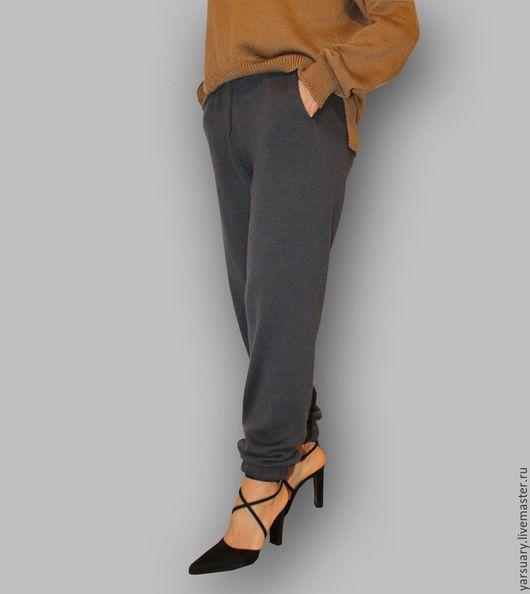 Брюки-джоггеры связаны плотным и упругим переплетением, которое отлично держит форму,т.е. не растягивается,очень комфортны,не стесняют движений.Брюки имеют эластичную резинку со шнурком, карманы.