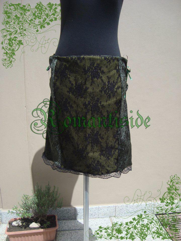 Falda combinada, de chiffon, gabardina y encaje.