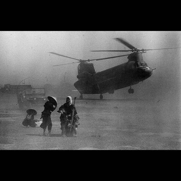English caption below  Mặt đất mịt mù cát bụi do sức gió của chiếc trực thăng Chinook,1967. ------------------------ The wind of the Chinook Helicopter raised a dút,1967. ------------------------ Photo: Phillip Jones Griffiths From: Retro Studio ------------------------ #war #vietnamwar #vietnam #history #story #stories #sad #picture #balck #old #old�� #photo #photos #photoshoot #photography #photographer #photooftheday http://tipsrazzi.com/ipost/1504837482515221514/?code=BTiQbemA0wK