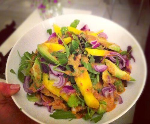 Ooit was ik in Londen, uitgehongerd na het shoppen toen ik een salade bij de Wagamama bestelde en op slag verliefd was. De combi van mango en avocado met de pit