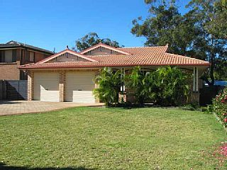 Pet Friendly Hawks Nest holiday home. Prices from $186 sleeps 9. #petfriendly