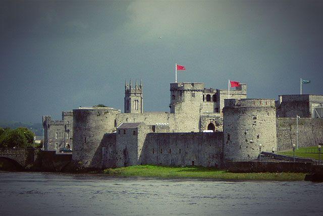 Замок Короля Иоанна Безземельного находится в городе Лимерик(графство Лимерик).Стены, башни и больш...