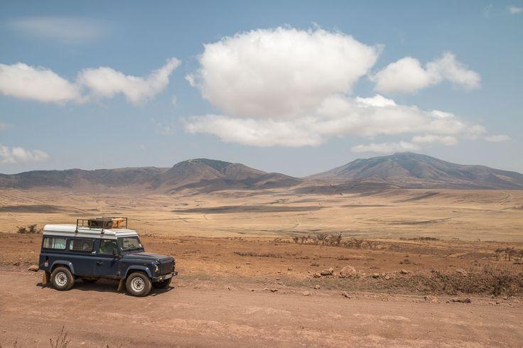Zwei Wege führen vom Osten Tansanias in die Serengeti: über den Lake Natron oder durch die Ngorongoro Conservation Area. Wir entscheiden uns für einen Blick in den berühmten Krater und fahren dann durch diese wüste Masaai-Landschaft weiter in die Serengeti.