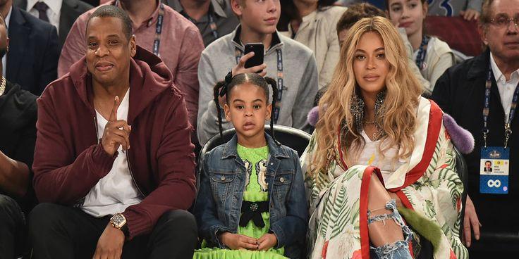 We hebben er (weer) even op moeten wachten: de eerste babyfoto's van de pasgeboren tweeling van zangeres Beyoncé. Sir Carter en Rumi zijn een maand oud en dat is reden voor de zangeres om hun eerste kiekjes met de rest van de wereld te delen. En hoe! Ook deze keer deelt ze de foto via…