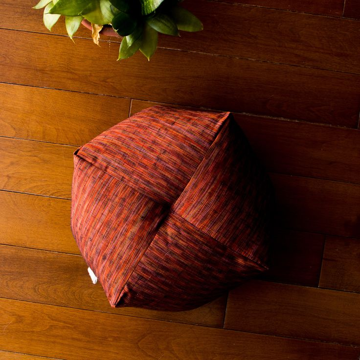 This beautiful little Ojami cushion is made in Japanese Tsumugi silk, traditionnaly used in the fabrication of kimonos. Today tsumugi silk is highly prized and one of the most expensive kimono fabrics.