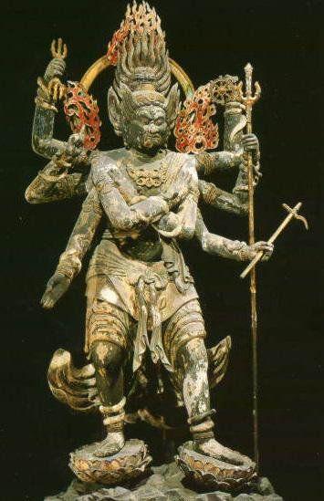"""東寺軍荼利明王像:五大明王の一角で、梵語名グンダリー(とぐろを巻いた蛇)の音訳である。目指できない外敵や煩悩、障害を除くとされる。グンダリーには""""甘露をいれる壺""""という意味もあることから、 不治の妙薬の甘露の信仰にも結びついている。"""