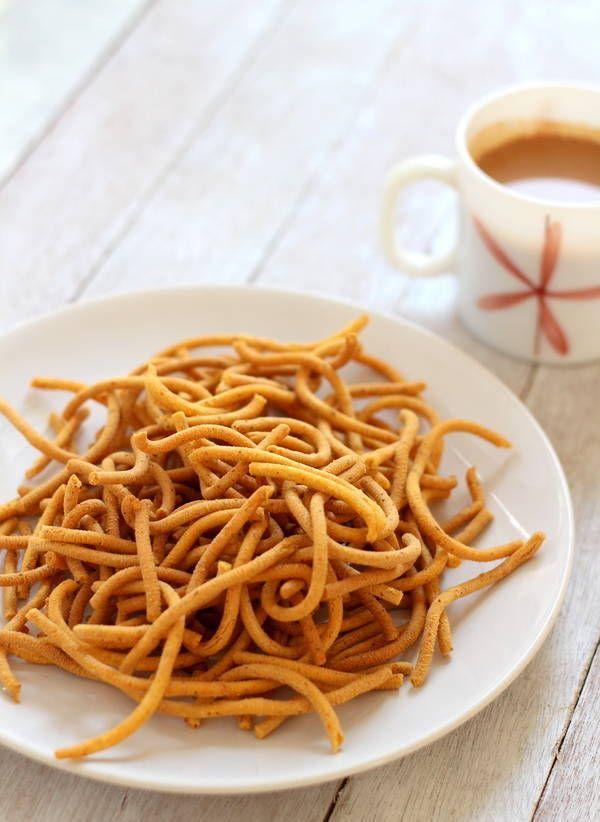 Tikha Gathiya Recipe (Gujarati Tikha Ganthiya) - Crispy tea time snack made from chickpea flour. Gujarati gathiya recipe. How to make Gujarati gantiya recipe.