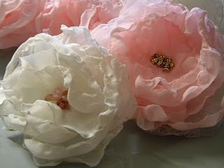 chiffon flowers: Chiffon Flowers, Crafts Ideas, Diy Flowers, Bees Cottages, Flowers Ideas, Fabrics Flowers, Flowers Make, Singing Chiffon, Flowers Tutorials