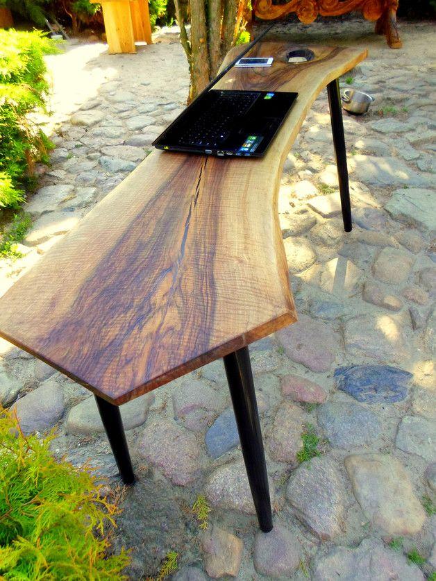 Konsola. Blat wykonano z jednej litej i sezonowanej deski orzecha włoskiego. Naturalne pęknięcia w drewnie zalane są żywicą, czego efekt widać na zdjęciu.Nogi wykonane z drewna bukowego. Blat...