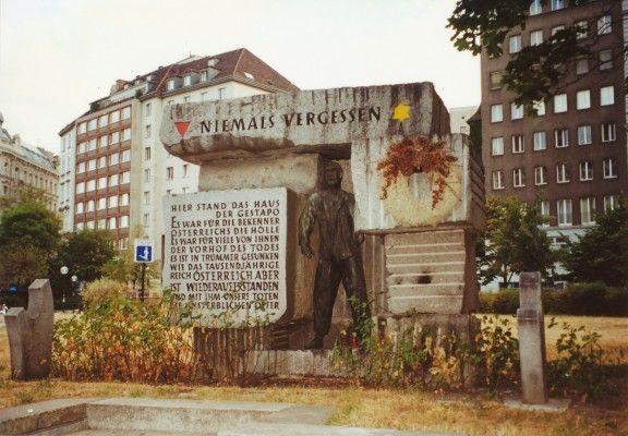 オーストリア、ウィーンのモルツィン広場にある記念碑。ここにゲシュタポ本部があlりました。右上の黄色い星のマークはユダヤ人犠牲者を、左上の逆三角は「政治犯」として犠牲となった人たちを表しています。Monument for the Victims of Nazi Despotism at Morzinplatz, Vienna, Austria