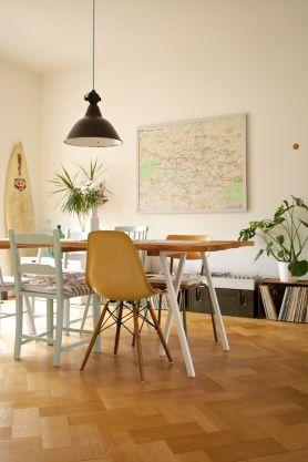 silla eames mostaza en comedor eclctico con parquet