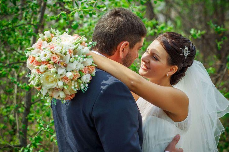 💎Приметы для невесты и жениха   🌺Приметы для невесты и жениха берут свое начало с незапамятных времен, когда люди с опаской смотрели почти на все. Но не стоит зацикливаться на приметах, ведь творцами судьбы и собственного семейного счастья являетесь именно вы сами;).   ☝Издавна в России верили в такие приметы:  - тот, кто первый станет на свадебный рушник, тот и будет хозяином в доме;  - невеста должна первой шагнуть на ковер для подписи, жених должен наступить на ногу, тогда будущий муж…