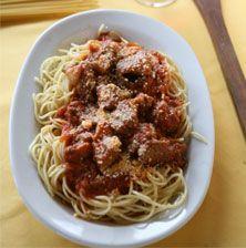 Αυτό το κοκκινιστό αρνάκι με σπαγγέτι είναι αυτό που λέμε το απόλυτο χορταστικό και μαμαδίστικο φαγητό !!