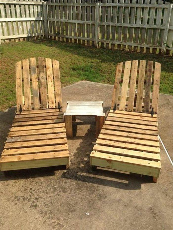deux chaises-longues en palettes avec une petite table carrée au ...