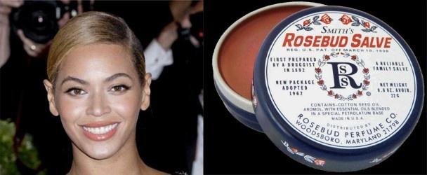 Een klassieker bij modellen, maar ook de sterren kennen de voordelen van deze roze zalf. Ook zangeres Beyoncé is er dol op: 'Ik draag de zalf onder mijn lipstick. Tijdens mijn vakantie gebruikte ik ze als primer op mijn wimpers voor ik ze krulde. Ze werkt als natuurlijke mascara: mijn wimpers bleven gekruld en glansden mooi. Ik gebruik het voor van alles en nog wat!'   Smith's Rosebud Salve, 9,99 euro, onder meer bij Ici Paris XL.