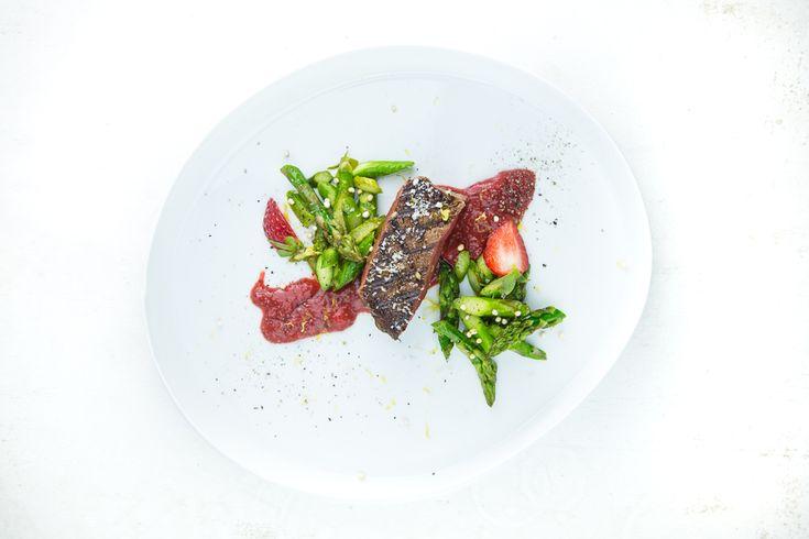 Rinderfilet vom Grill mit grünem Spargel und Erdbeersauce.