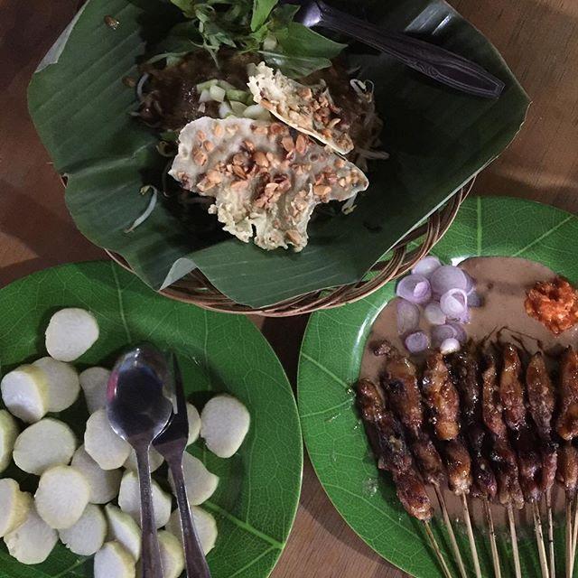 It's been a long day and finally having lunch. Pecel Madiun and Sate Ponorogo with lontong. ----------------------- #tim #jakarta #pecelmadiun #sate #lontong #cikiniraya