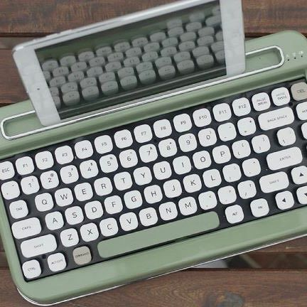 The PENNA by @elretron pairs your #modern tech gadgets with a nostalgic #typewriter #keyboard that connects via Bluetooth technology. Learn more on how PENNA works and where to get it on designmilk.com!