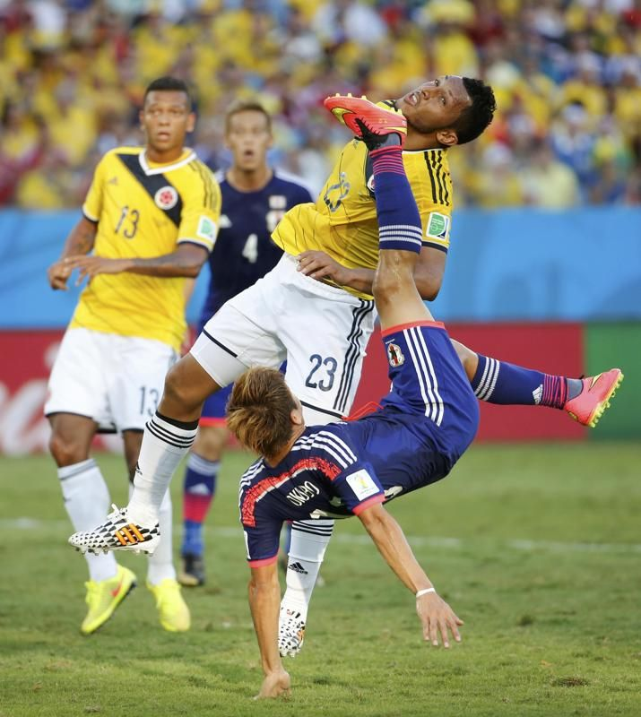 Japan's Yoshito Okubo tries to score past Colombia's Carlos Valdes during their 2014 World Cup Group C soccer match at the Pantanal arena in Cuiaba June 24, 2014. REUTERS/Eric Gaillard