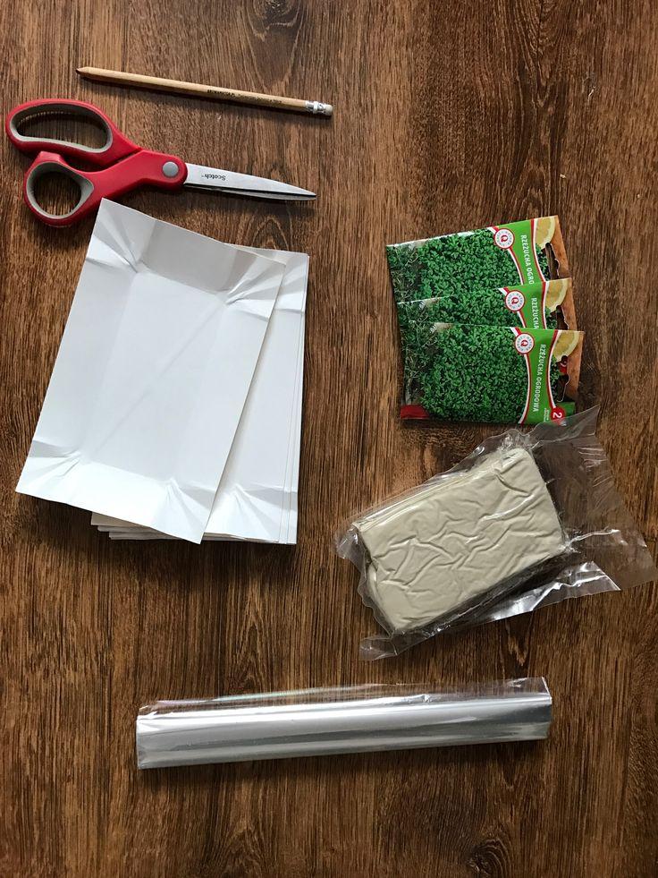 DIY baranek z masy papierowej z futerkiem z rzeżuchy