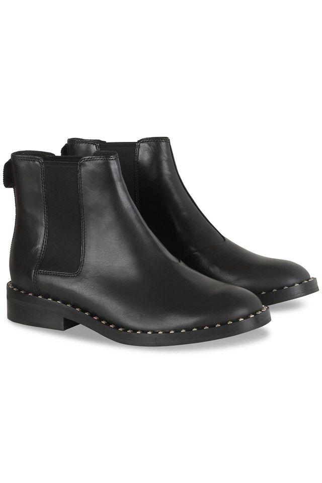 """<p>Enkellaarzen van de AW16 Collectie van Ash. De zwarte boots zijn afgewerkt in een plain materiaal en heeft op de rand overal kleine, fijne zilverstudjes. Het model is afgewerkt met rekstof aan de enkels.</p>  <p>Tailleert: <span style=""""line-height: 20.8px;"""">Ruim. Best een maat kleiner nemen dan normaal.</span></p>"""
