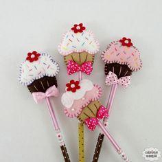 Lápis ou caneta com ponteira decorado com cupcake feito em feltro bordado à mão.