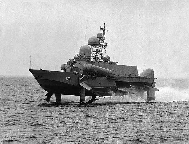 Малый ракетный корабль (МРК) проекта 1240 «Ураган», способный «парить» по воде на подводных крыльях, стал настоящей революцией в области судостроения.