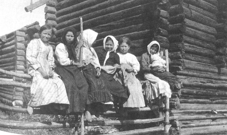 Девочки в повседневной одежде. Ярославская губ., Пошехонский у., Софроновская вол., д. Овинчищи. 1915