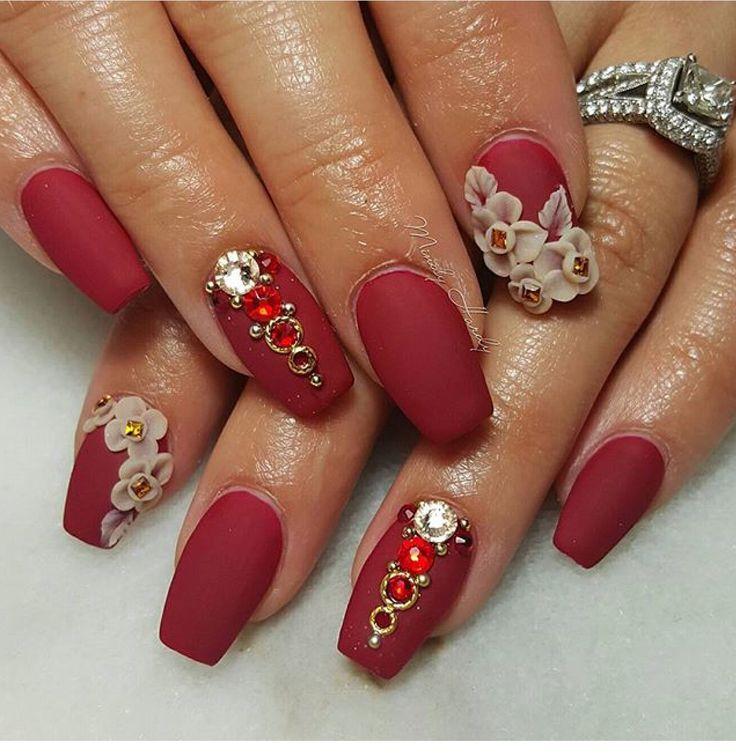 Rojo hechizante, elegante y sobrio. Uñas acrílicas con aplicación de flores en 3D color