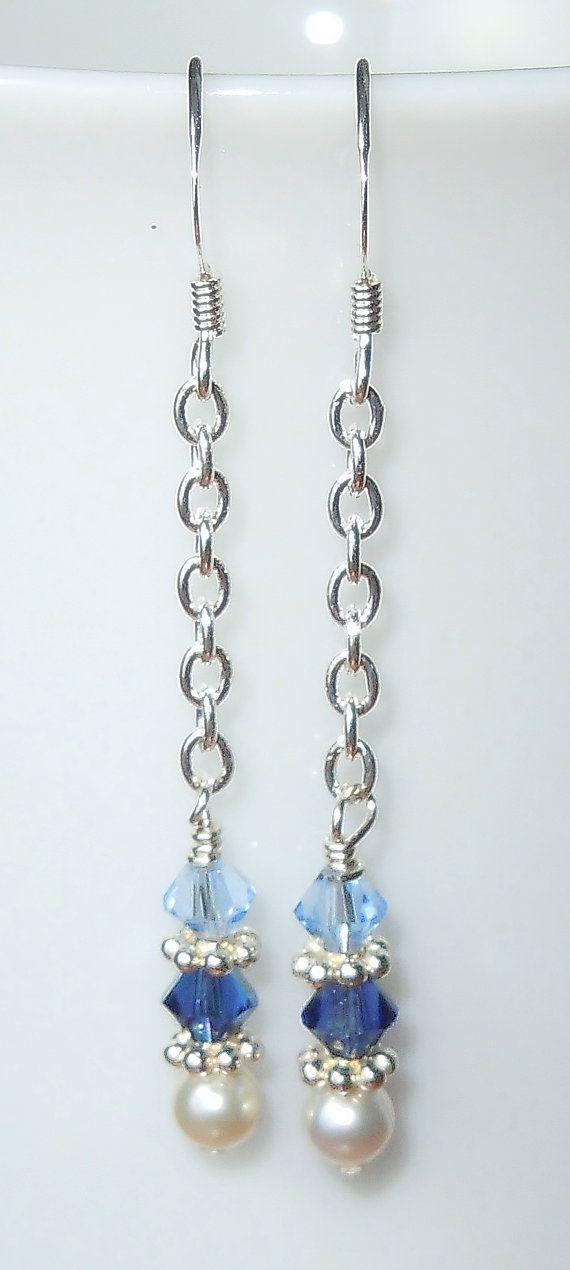Pendientes de Swarovski 4mm bicones de cristal en tonos azul y perlas blancas en cadena de plata. Si quieres que este estilo con diferentes colores, por favor convo para la disponibilidad. Disponemos de más tamaños y colores de Swarovski. Longitud de la cadena puede ser ajustada o eliminada, también. Resultados oro pueden ser sustituidos a petición de un pequeño coste adicional.  Los cables de oído francés son plata. Los otros componentes de la plata están plata. Estos pendientes de colgar…
