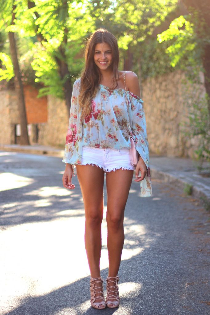 beautiful floral blouse, white shorts, nude wedges <3