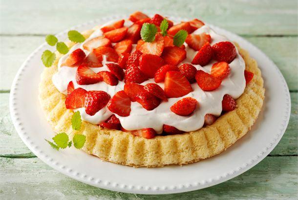 Kesän helppo mansikkatorttu ✦ Pakkaa torttupohja ja muut ainekset kylmälaatikkoon autoon ja kokoa vaivattomasti torttu valmiiksi mökillä. http://www.valio.fi/reseptit/kesan-helppo-mansikkatorttu/
