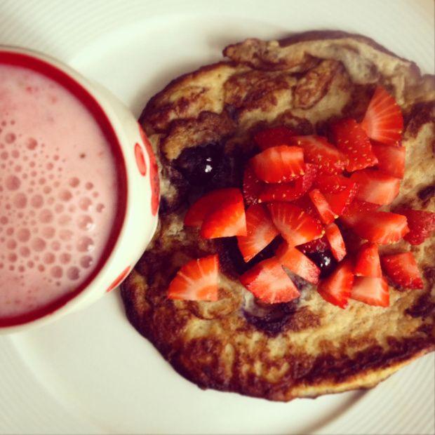 Rico desayuno de verano: Panqueque de plátano y arándanos con smoothie de fresa
