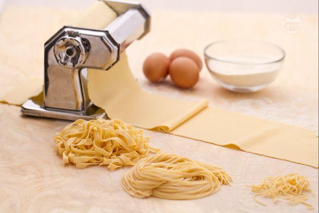Fare la pasta fresca all'uovo in casa è storia antica: dalla sfoglia tirata con il mattarello, si ricavavano già tantissimi anni fa le tagliatelle, i tagliolini, lasagne, ravioli e tortellini.