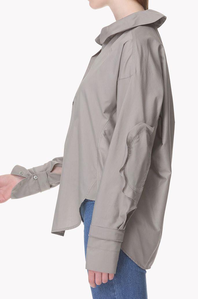 면을 혼방한 소재의 피터팬 칼라 셔츠입니다. 프런트 상단에 하나의 버튼으로 트임을 여미는 방식이며 버튼을 보이지 않게 히든 처리하였습니다. 커프스 트임에 버튼으로 여미며 고정되어있는 스트랩을 매듭지어 연출이 가능합니다. 밑단 양 사이드로 라운딩 처리된 슬릿이 있습니다. 뒷 기장이 앞면의 기장보다 긴 디자인입니다. </br>174cm 모델이 82사이즈를 착용하였습니다.