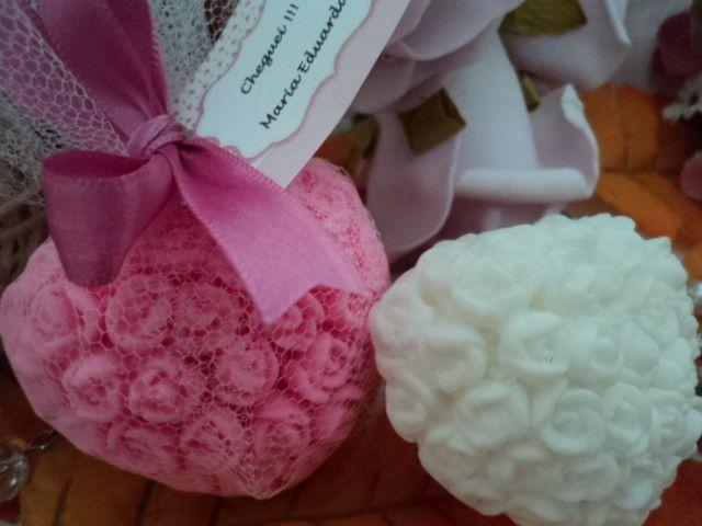 Lindo sabonete em formato de coração floral, embalado em tulê, com acabamento em laço e tag personalizado. <br> <br>Cores: branco, azul, lilás, rosa, amarelo, verde <br> <br>Aromas: pitanga, capim limão, pêssego, bamboo, maçã