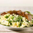 Rucola stamppot met saucijzen ingrediënten 750 g kruimige aardappelen, in stukken 2 eetlepels vloeibare margarine 4 saucijzen 150 g rucola, grof gesneden 1 bakje Boursin Cuisine Knoflook & Fijne kruiden
