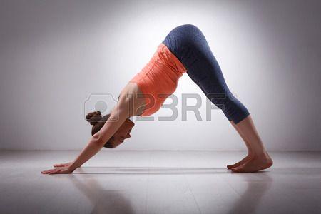 Mooie Sportieve Fit Yogini Vrouw Praktijken Yoga Asana Adhomukha Svanasana - Naar Beneden Kijkende Hond Poseren In Studio Royalty-Vrije Foto, Plaatjes, Beelden En Stock Fotografie. Image 42870908.