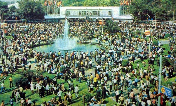 42. İzmir Enternasyonal Fuarı. 12 eylül 1973 günü Fuar Dokuz Eylül Kapısı'nın önündeki mahşeri kalabalık.