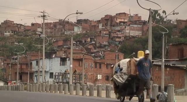 ¨No le da a uno...  no le da...¨    LA ESCUELA BUSCA EL NIÑO-A (económico)    Documental donde vemos a los niños de Moravia (Medellín) en su entorno, los vemos acostumbrados a recibir dinero por hacer trabajos como recicladores o vendedores ambulantes y su ultima prioridad es asistir a la Escuela.    Este proyecto de Educación de la UNICEF trata de incluirlos al sistema educativo...    Documental realizado en el 2008.