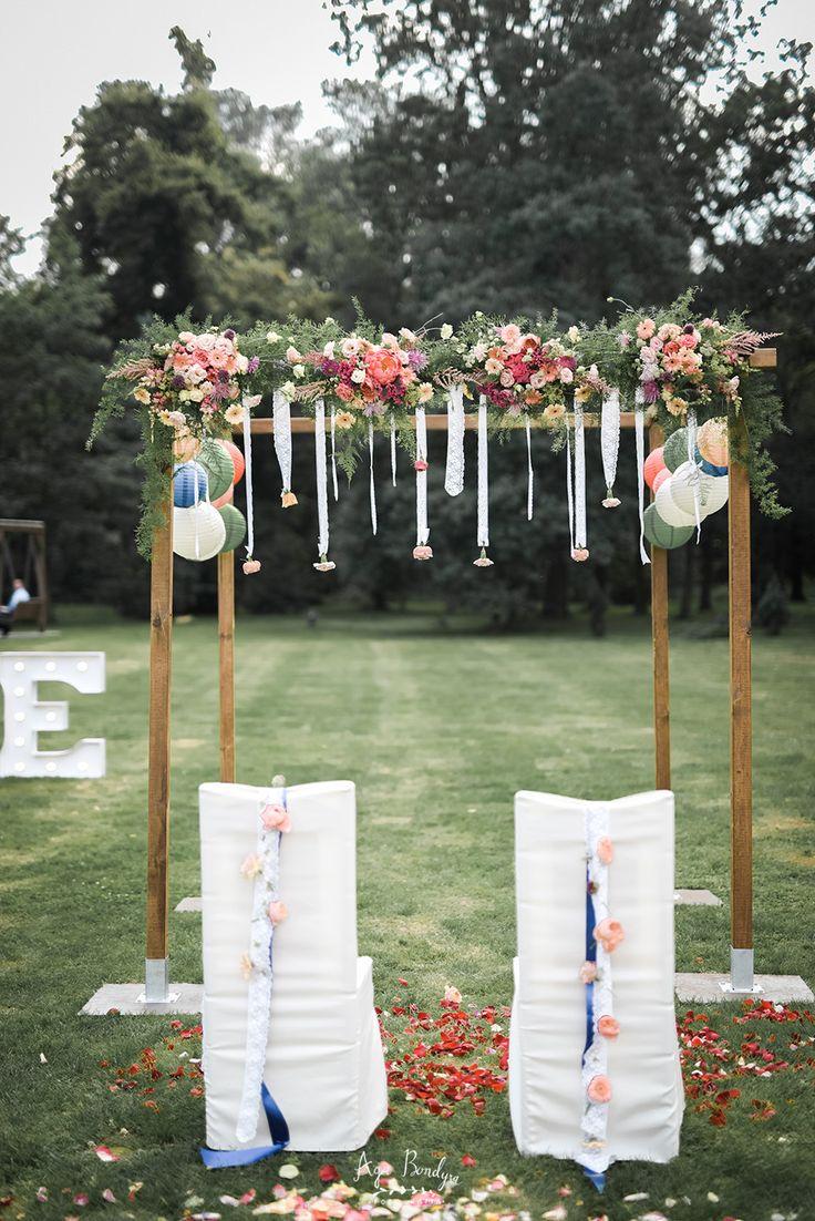 INNA Studio_wedding / wedding in the outdoors / wedding at the court / bow of flowers / colorful flowers / summer wedding / ślub w plenerze / bramka kwiatowa / fot. Aga Bondyra Fotografia