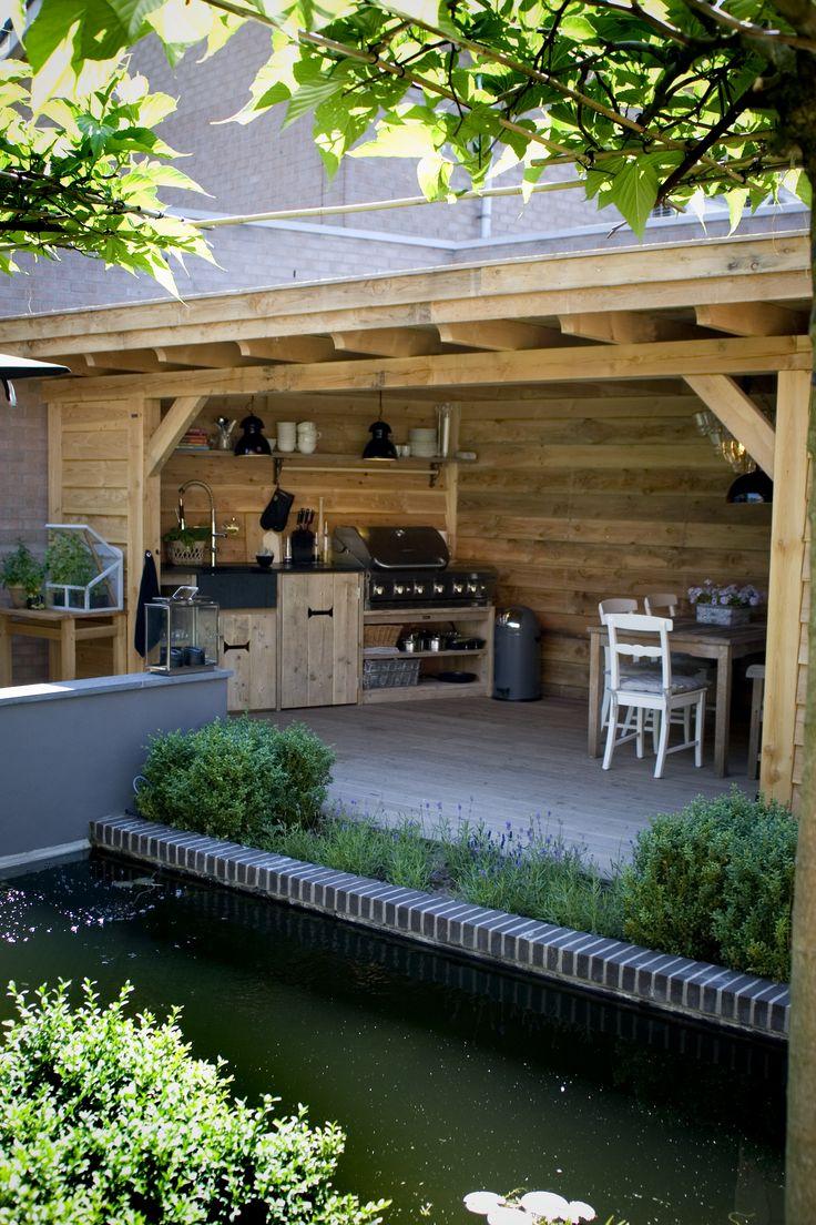 De tuin gaat steeds meer lijken op een woonkamer. Met een karpet, een loungebank en een schermerlamp. Maar wel onder een overkapping, graag.