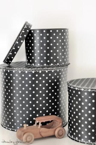 Svart förvaringsbox med vita prickar